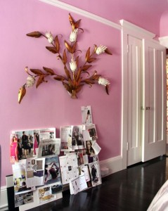 IInspiration Photo -- Such a beautiful element on this pink wall, so chic!